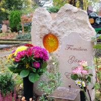 Grabgestaltung Grabschmuck Grabdeko Blumen Grab Grabstein Sandstein zweiteilig Weimar Hauptfriedhof
