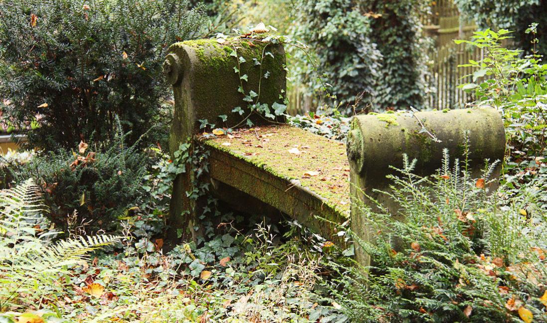 Grabstätte mit antiker Säule Grabanlage Grabstein Georg Haar Sandstein Hauptfriedhof Weimar