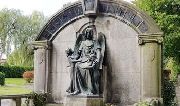 Eine Grafik zu historische Familiengedenkstätte mit Engelsskulptur aus Bronze