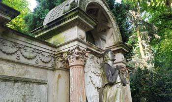 Eine Grafik zu istorischer Engelgrabstein für eine Familiengedenkstätte aus Sandstein