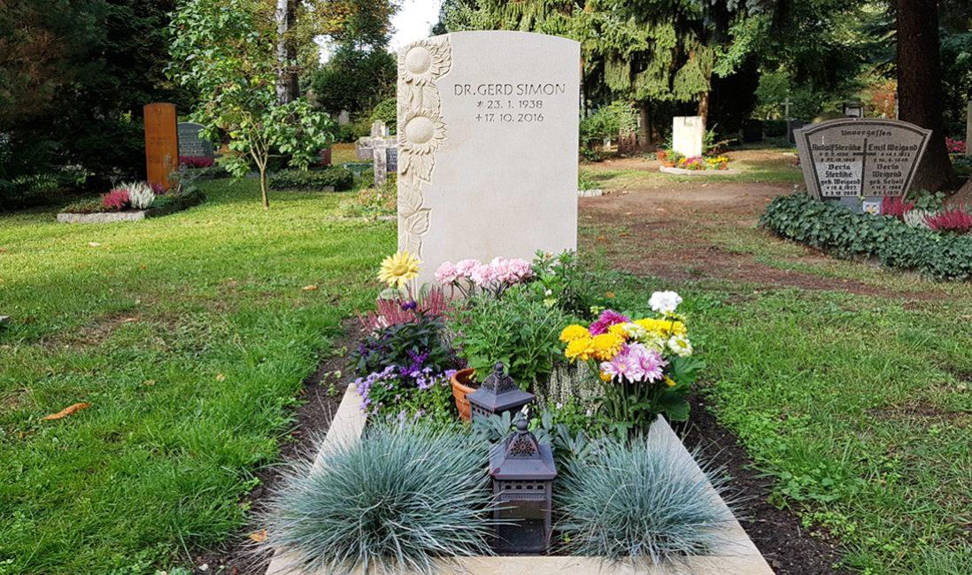 Grabstein Einzelgrabanlage Sandstein Einfassung Grabgestaltung Gras Sonnenblume Sandstein  Grablaterne Trinitatisfriedhof Dresden