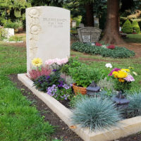 Einzelgrabstein Sandstein Sonnenblumen Einfassung Grabbepflanzung Grabschmuck Deko Ziergras Blumen Dresden Trinitatisfriedhof