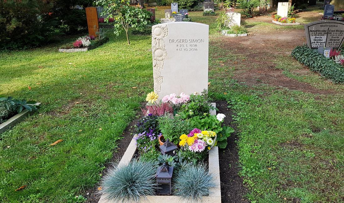 grabstein mit sonneblumen einfassung trinitatisfriedhof dresden. Black Bedroom Furniture Sets. Home Design Ideas