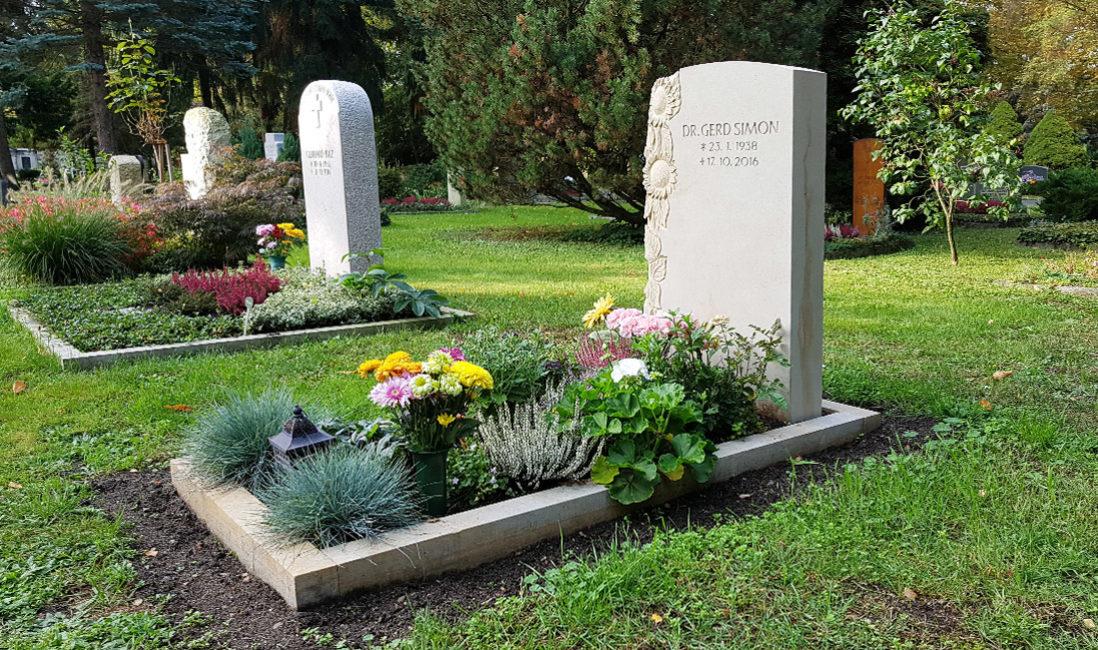 heller Grabstein für Einzelgrab Einzelgrabanlage Einfassung Grabgestaltung Gras Sonnenblume Sandstein Trinitatisfriedhof Dresden