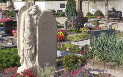Impressionen vom Friedhof: Familiengrab / Doppelgrab mit Engel Grabstein - Grabengel aus Kalkstein