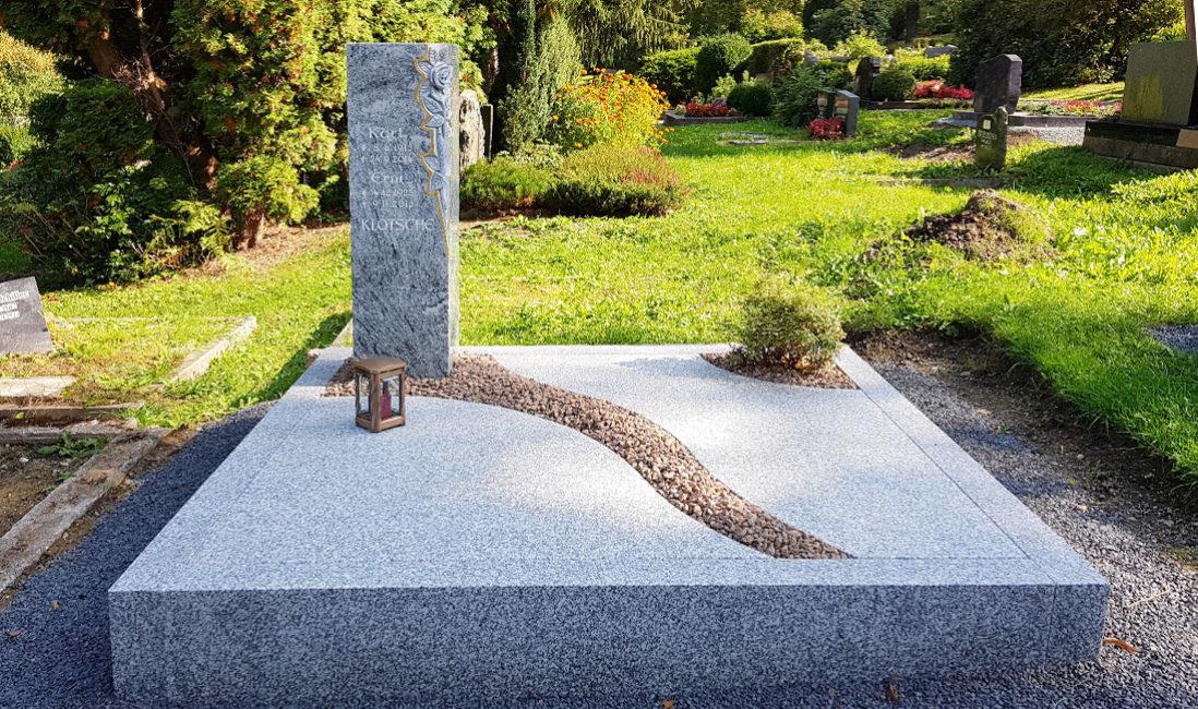 Moderne Grabanlage Familiengrab Grabstele Granit Rosen Grabplatte Einfassung Kies Bepflanzung pflegeleicht Gehölz Hauptfriedhof Greiz