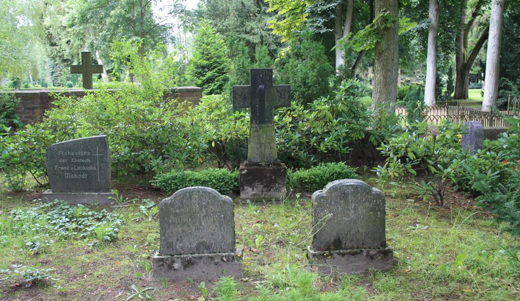 Gebrauchte Grabsteine auf einem Friedhof