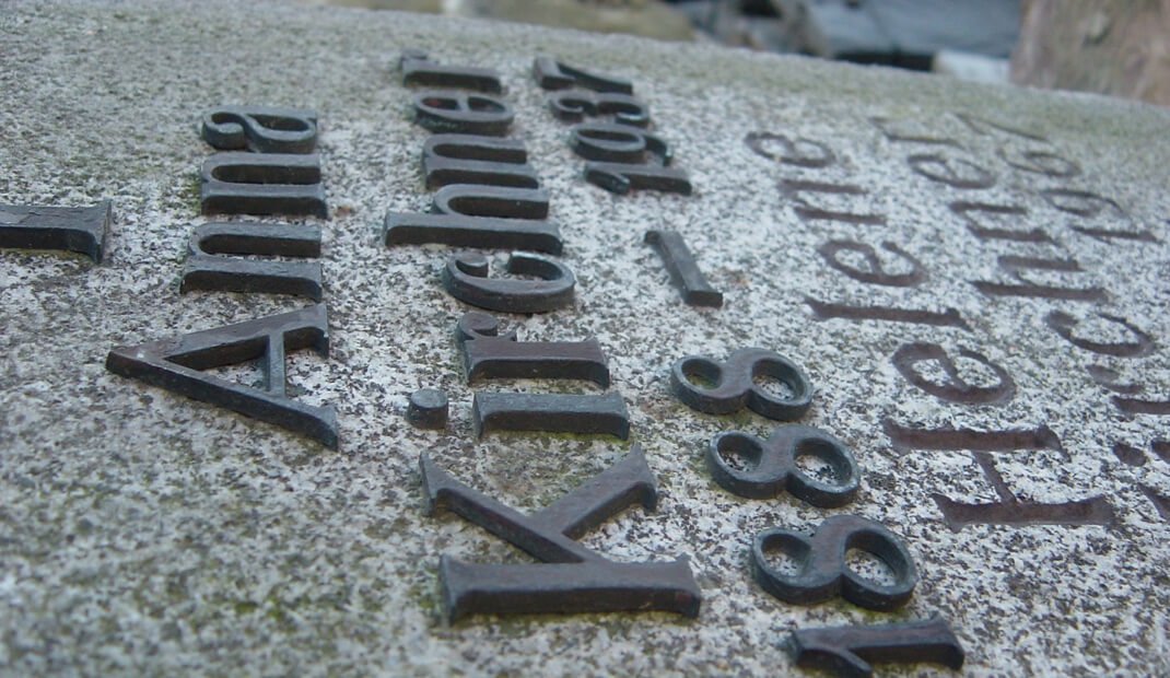 Gebrauchter Grabstein mit Schrift