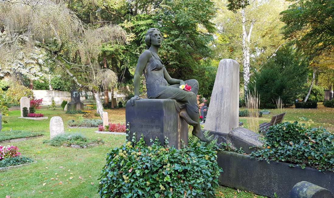 Historisch Antiker Grabstein Familiengrab Sandstein Skulptur Jungfrau Grabgestaltung immergrün Efeu Dresden Trinitatisfriedhof