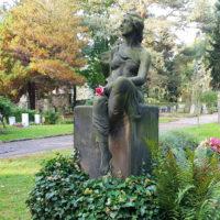 Dresden Trinitatisfriedhof Grabstein Antik historisch Alt Trauernde Frau Skulptur Familiengrab Doppelgrabstätte Efeu Grab