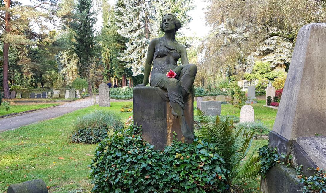 Historisch Antik Alter Grabstein Familiengrab Sandstein Skulptur Jungfrau Grabgestaltung immergrün Efeu Dresden Trinitatisfriedhof