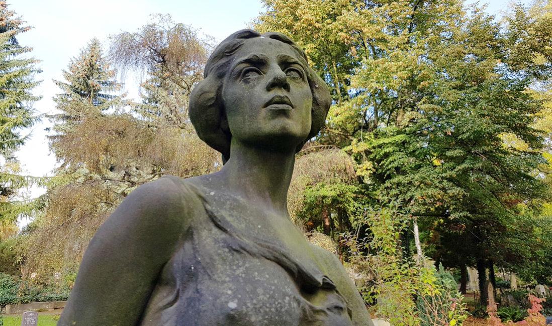 Grabskulptur Skulptur Friedhof Historisch Grabstein Familiengrab Sandstein Skulptur Jungfrau Grabgestaltung immergrün Efeu Dresden Trinitatisfriedhof