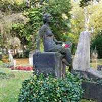 Grabstätte mit Grabskulptur Grabfigur antik historisch alt Efeu Grab Friedhof Dresden Trinitatisfriedhof Familiengrabstein