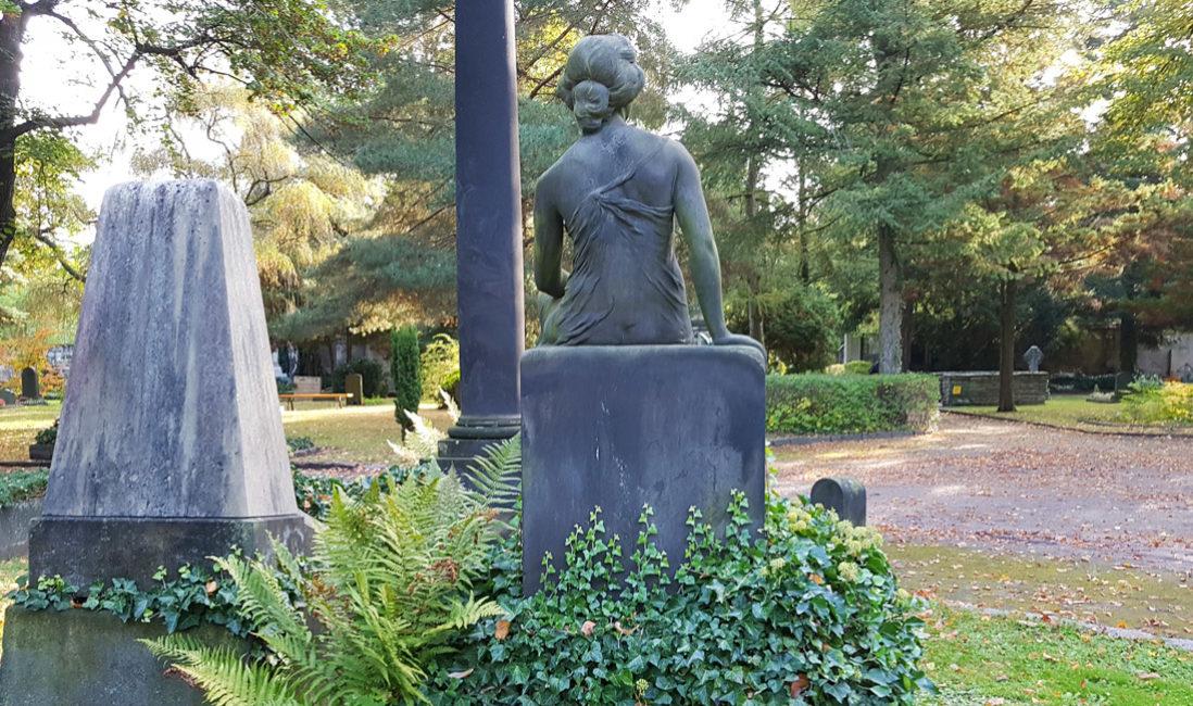 Historisch Grabstein Familiengrab Sandstein Skulptur Jungfrau Grabgestaltung immergrün Efeu Dresden Trinitatisfriedhof