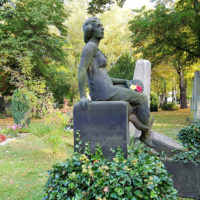 Skulptur Grabstein antik historisch Sandstein Figur Frau Jungfrau Dresden Trinitatisfriedhof