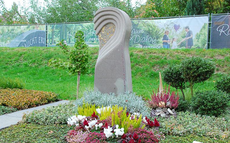 Apolda Landesgartenschau Grabmal mit Herz Erdmann - 1