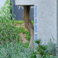 Grabstein mit Baum Ast - Symbol Lebensweg Anfang und Ende Mustergrabstein Landesgartenschau