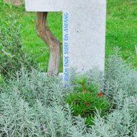 Moderner Kalkstein Grabstein Symbol Lebensweg - Anfang und Ende des Lebens