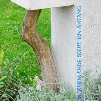 Besonderer Kalkstein Grabstein mit Ast Baum Symbol Lebensweg Anfang Ende Leben