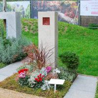 Grabgestaltung Mustergrab Landesgartenschau Grabstele Kalkstein Bepflanzung Sommer Bodendecker pflegeleicht