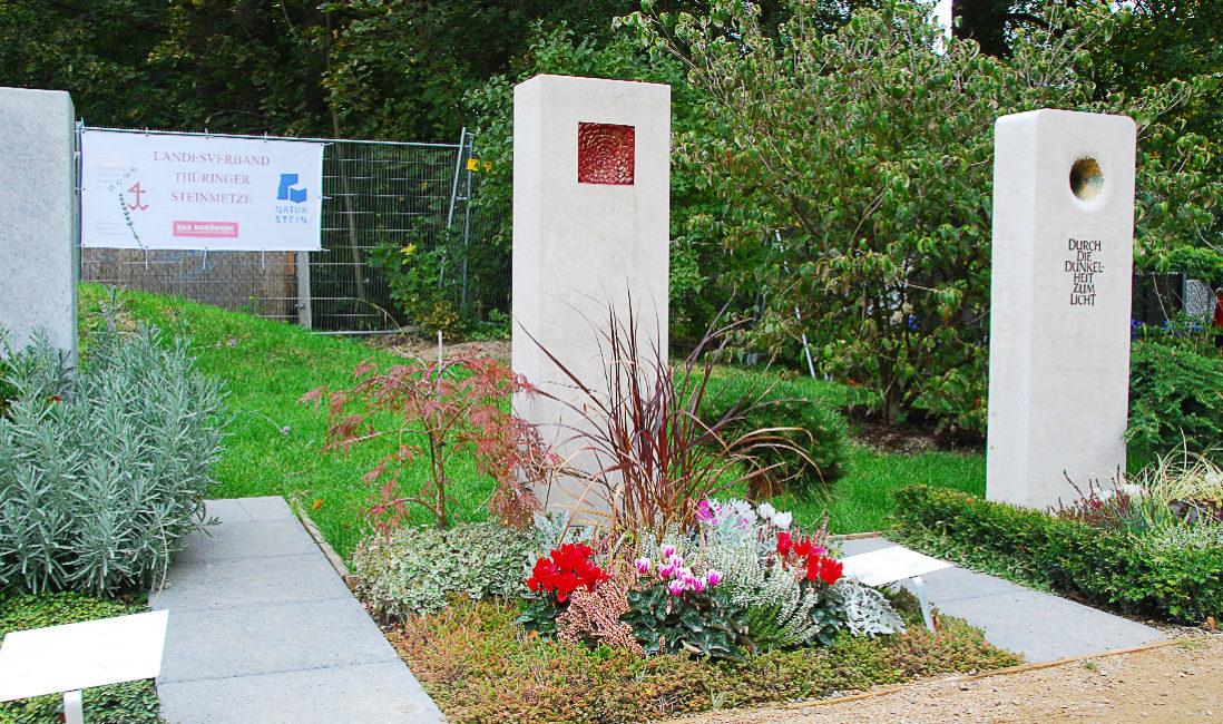 Landesgartenschau Apolda Stele Einzelgrab Grabstele Kalkstein Ornament Grabstein Besondere Grabgestaltung Bodendecker Grabbepflanzung Sommer Beispiel Muster