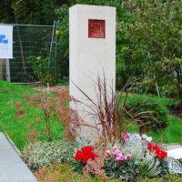 Mustergrab Gestaltung Grabstele aus Kalkstein Landesgartenschau Apolda Grab Pflanzen Sommer Herbst