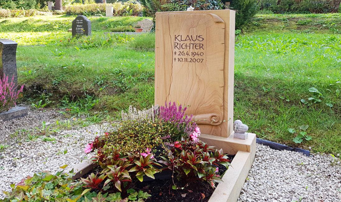 Moderne Grabgestaltung Grabstein Einzelgrab Teakwood Sandstein Papierrolle Herbst Grab bepflanzen  Steinmetz Friedhof Greiz