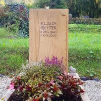 Einzelgrab gestalten im Herbst Grabstein aus Teakwood Sandstein Schriftrolle Papyrus Bepflanzung Grab Herbst Steinmetz Friedhof Greiz