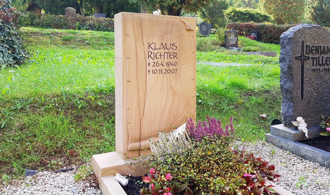 Schöner Einzelgrab Grabstein Schriftrolle Papyrus Sandstein Teakwood Herbst Grabgestaltung Steinmetz Friedhof Greiz