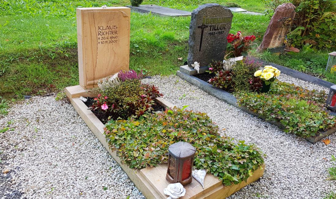 Grabgestaltung im Herbst Einzelgrab Grabstein Sandstein Einfassung Umrandung Grabbepflanzung Beispiele Ideen Mustergräber Steinmetz Friedhof Greiz