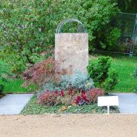 schönes besonderes Mustergrab Mustergrabstein Gestaltung Urnengrab Wechselbepflanzung Bodendecker immergrün winterhart Beispiel Idee Fotos