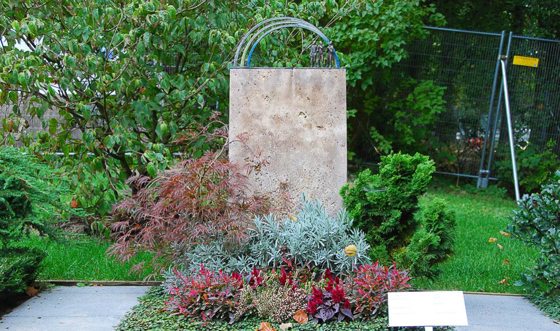 Mustergrab Gestaltung Urnengrab Landesgartenschau Urnengrabstein Regenbogen Ornament Bronze Travertin bodendecker Grabbepflanzung Stauden bunt Büsche Apolda Thüringen