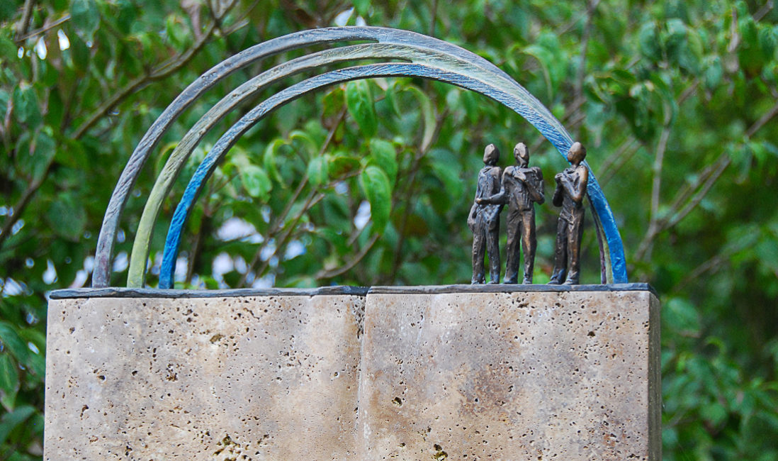 Grabstein Regenbogen Bronze Grabornament Smbol Gestaltung Urnengrabstein Travertin Mustergrab Landesgartenschau Apolda