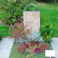 Urnengrab Gestaltung Sommer & Herbst Bodendecker winterhart immergrün pflegeleicht Wechselbepflanzung Mustergräber Mustergrabsteine