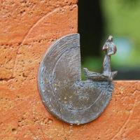 Grabstein Symbol Bronze Fischer in seinem Boot