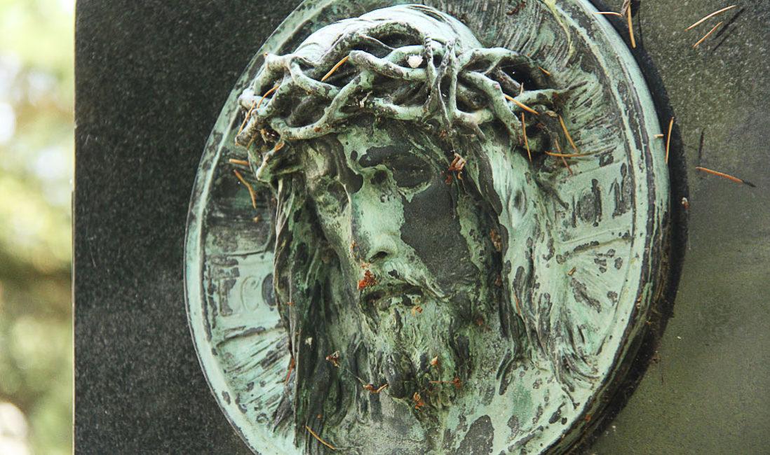Historisch Grabstein Granit Schwarz Einfassung Bronzefigur Jesus Grabanlage Familiengarb Bepflanzung Herbst Grabgestaltung Grablaterne Südfriedhof Gera