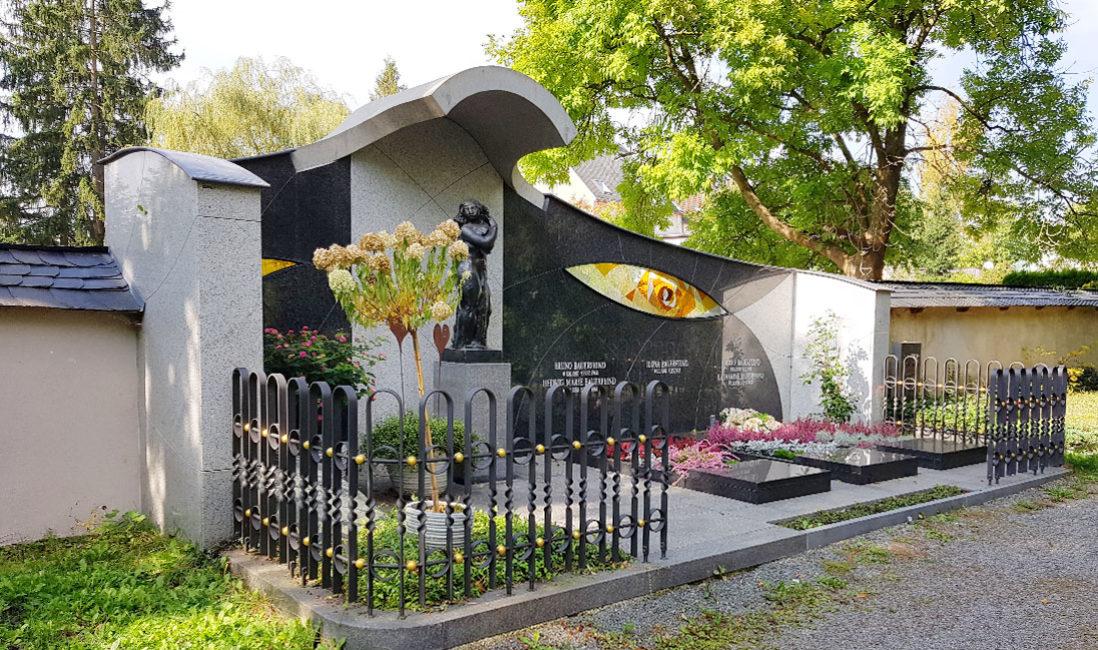 Bauerfeind Familiengrabstätte Doppelgrabstein Familien Grabwand Grabanlage Grabeinfassung Granit Bronzefigur Glas Grabgestaltung Sommer Herbst Winter Hauptfriedhof Zeulenroda
