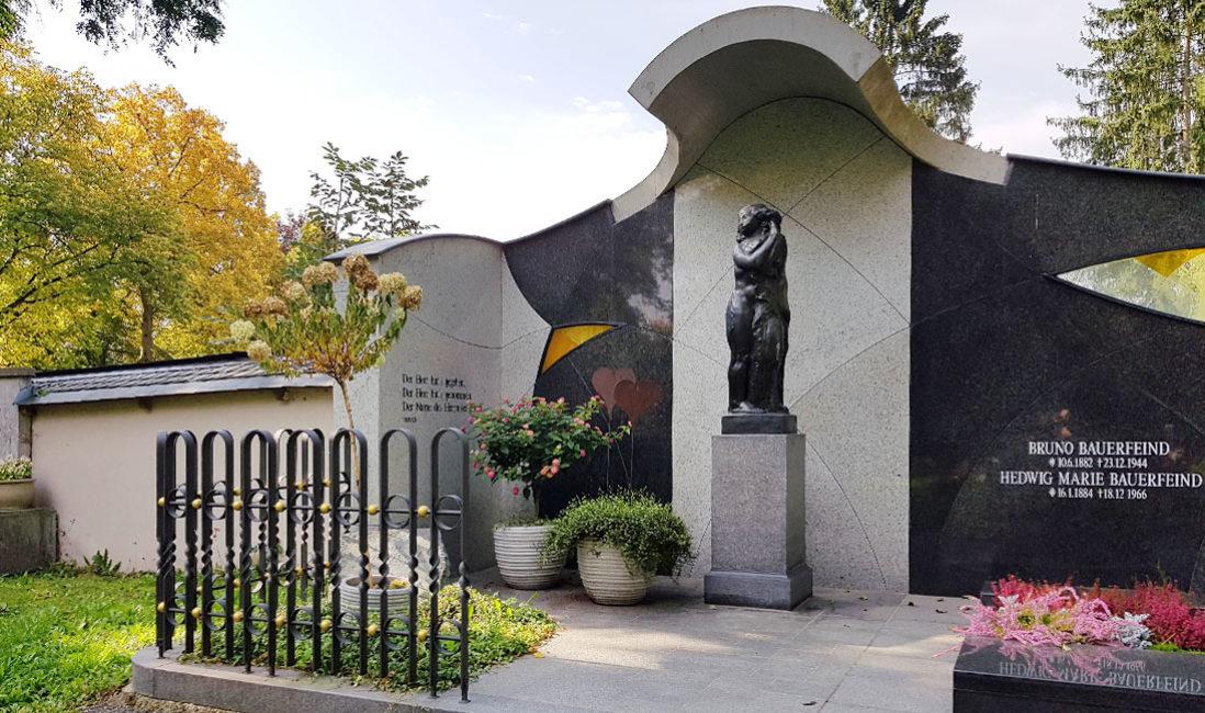 Bauerfeind Familiengrabstätte Doppelgrabstein Grabwand Grabanlage Grabeinfassung Granit Bronzefigur Glas Grabgestaltung Sommer Herbst Winter Hauptfriedhof Zeulenroda