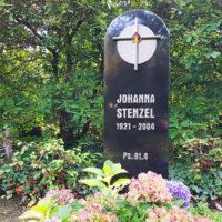 Grabstein Einzelgrab Stele aus schwarzem Granit mit Edelstahl Kreuz Symbol Verzierung Südfriedhof Gera