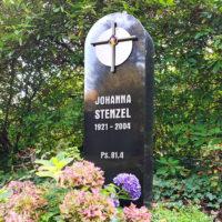 Grabstele Einzelgrab Stele aus schwarzem Granit mit Edelstahl Kreuz Symbol Verzierung Südfriedhof Gera