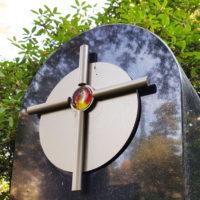 Grabstein Symbol Kreuz christlich religiös Edelstahl mit Glas Element