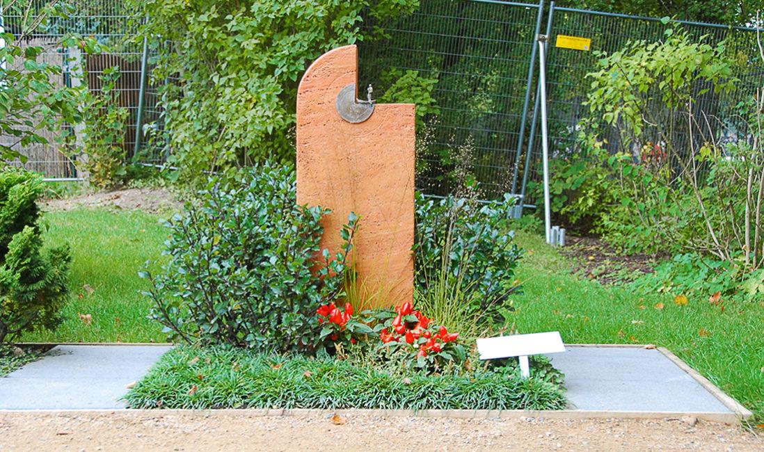 Mustergrabstein Landesgartenschau Apolda Grabstein roter Travertin Mustergrab Gestaltung Busch immergrüne Bepflanzung Bodendecker