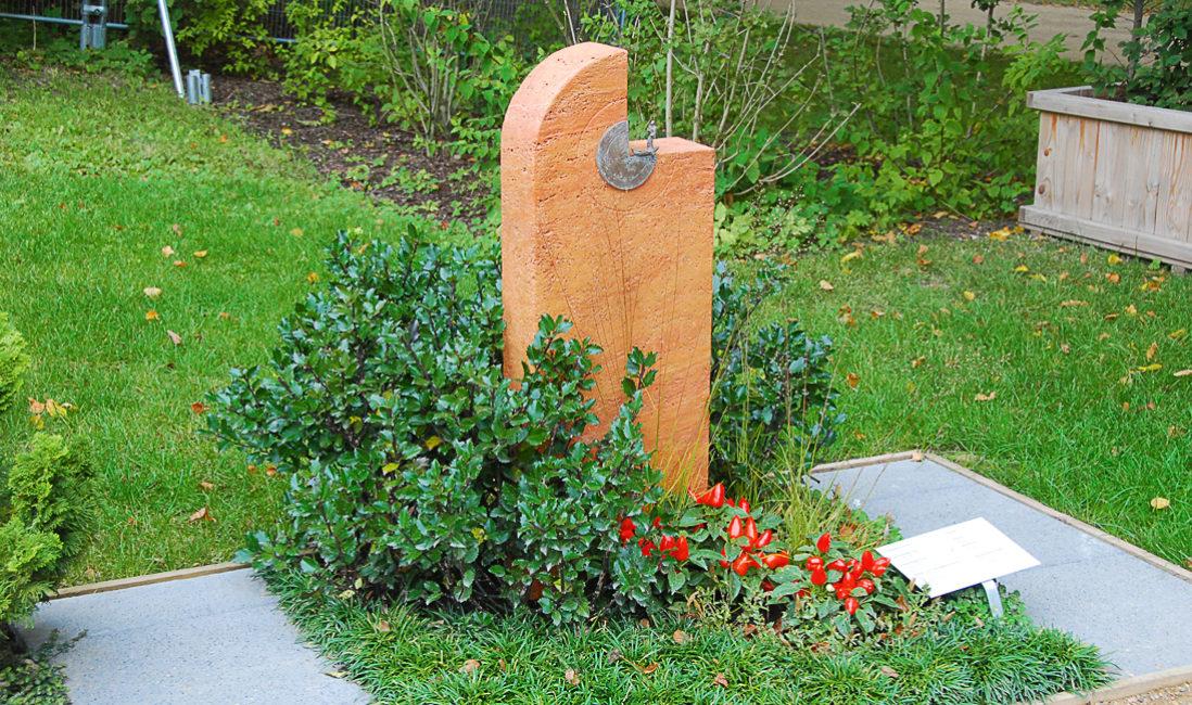 Grabstein Travertin rot Mustergrab Gestaltung Landesgartenschau Apolda Mustergräber immergrüne Grabbepflanzung Bodendecker Idee Beispiel Foto