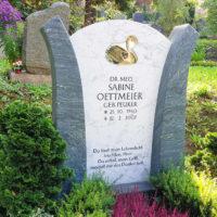 Urnengrabstein Marmor grün weiß Schwan Motiv Symbol Glas Element Grabstein Urnengrab Friedhof Greiz