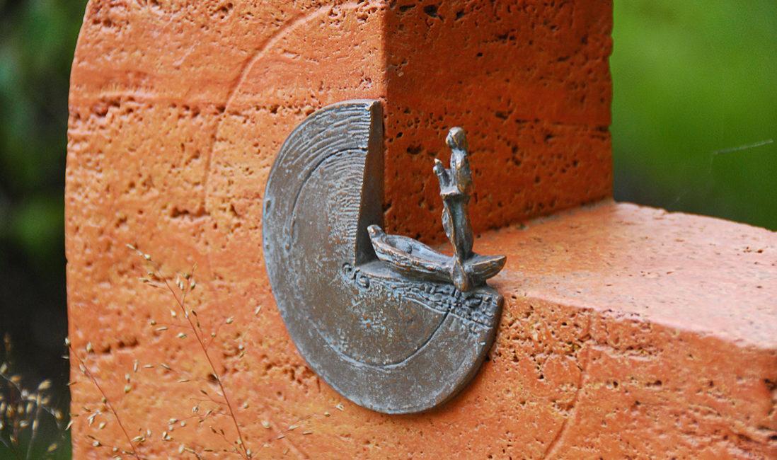 Grabstein Roter Travertin Halbrund Bronze Figur Fischer auf Boot Landesgartenschau Apolda