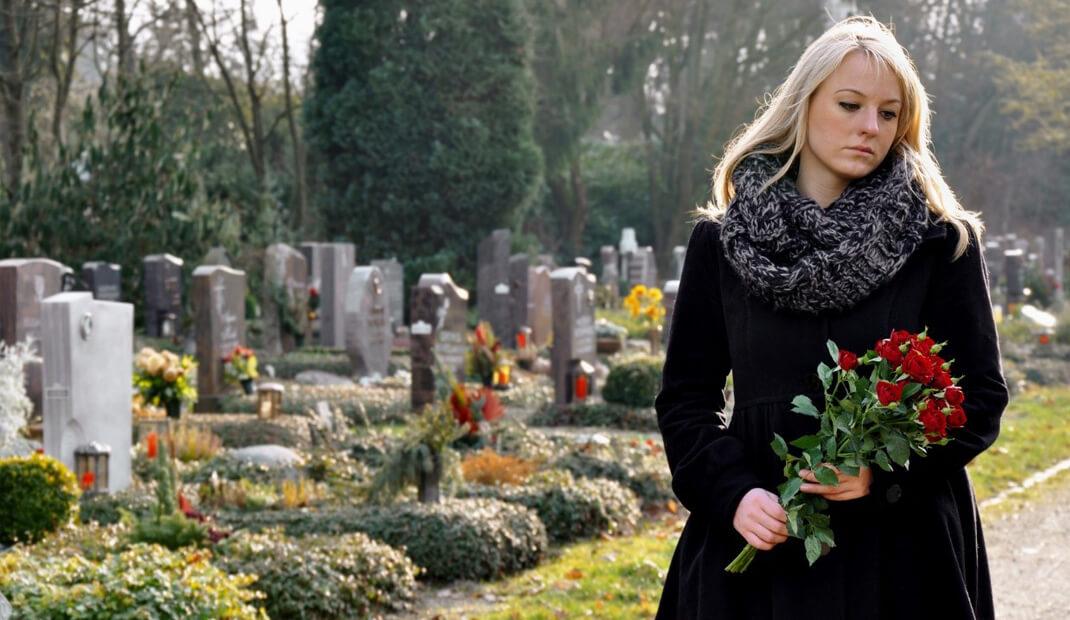 Trauernde-Frau-auf-dem-Friedhof