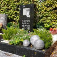 Urnengrabstein Urnengrab Einfassung Gestaltung Granit schwarz Grabbepflanzung Blumen Deko Kugeln Friedhof Zeulenroda