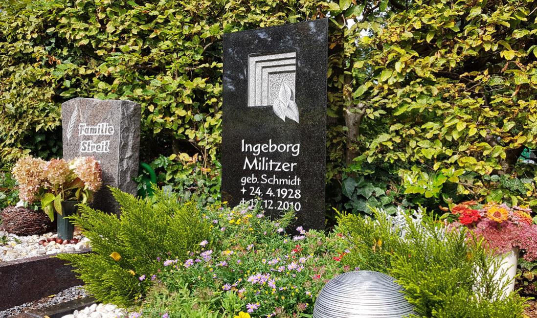 Grabstein schwarzer Granit Urnengrab Einfassung Grabgestaltung Grabbepflanzung Sommer Herbst Grabschmuck Kies Hauptfriedhof Zeulenroda