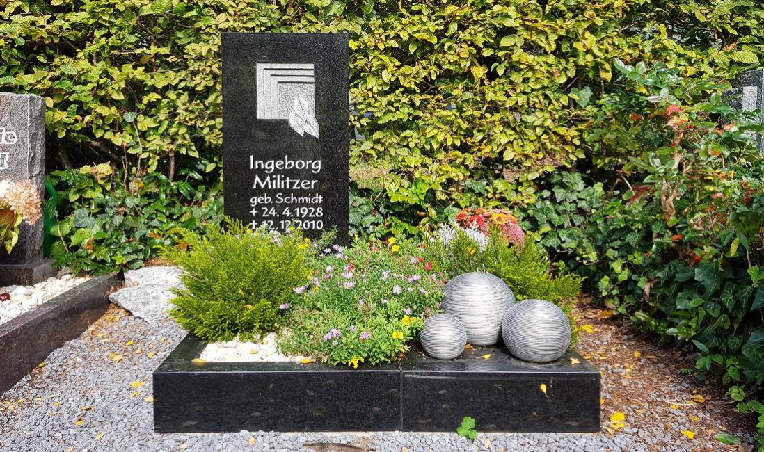 Urnengrabstein schwarzer Granit Urnengrab Einfassung Grabgestaltung Grabbepflanzung Sommer Herbst Grabschmuck Kies Hauptfriedhof Zeulenroda