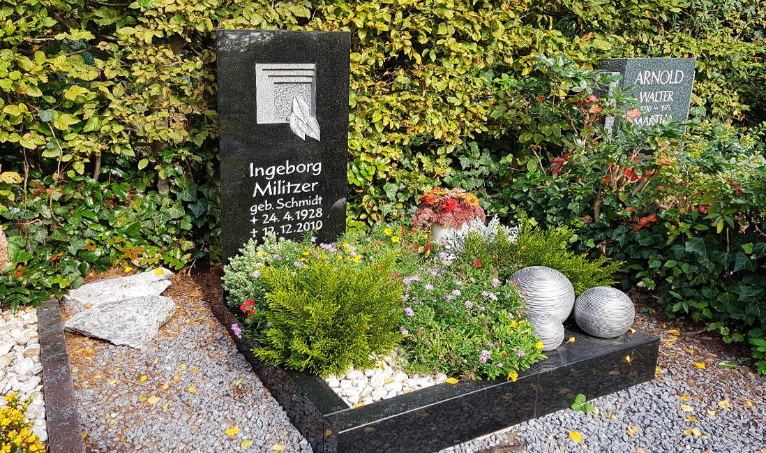 urnengrabstein mit grabeinfassung grabbepflanzung. Black Bedroom Furniture Sets. Home Design Ideas
